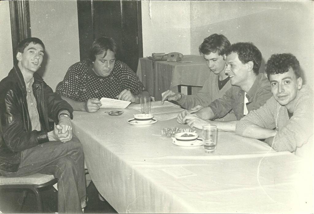 O Replicantes assinando o contrato com a RCA para gravação de O Futuro É Vórtex